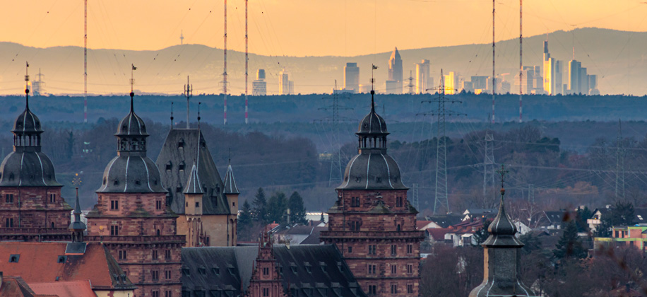 Aschaffenburg Schloss Johannisburg mit Skyline Frankfurt am Main